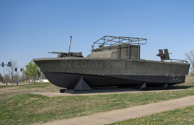 FORT-LEONARD-HOLZ, MO 29. APRIL 2018: Militärfahrzeug-komplexes Fluss-Patrouillenboot stockfoto