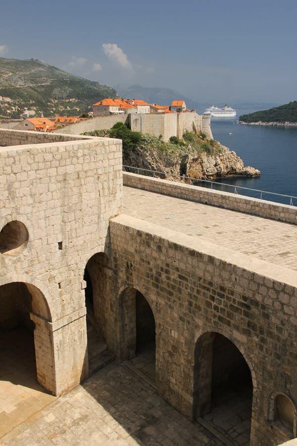 Fort Lovrijenac und alte Stadt dubrovnik kroatien stockbilder