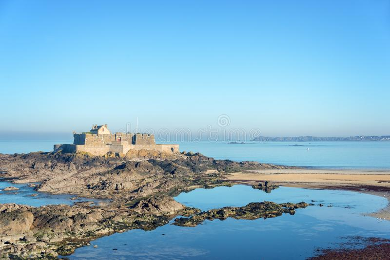 Fort at low tide Nationaal in Saint Malo, Brittany France stock fotografie