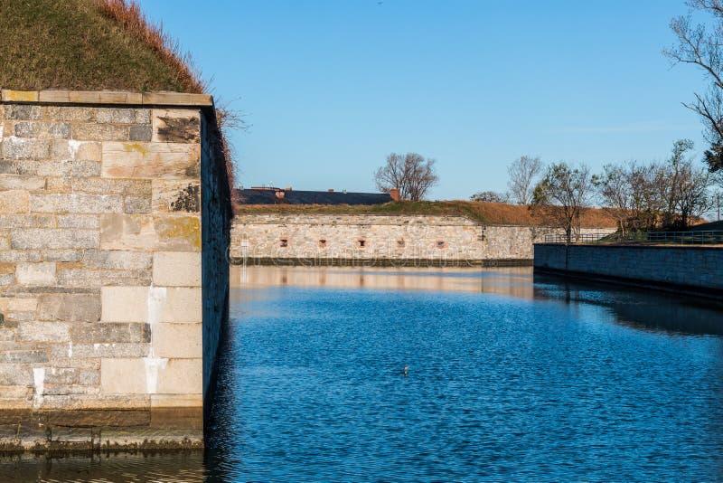Fort Monroe Moat och fästningväggar royaltyfria foton