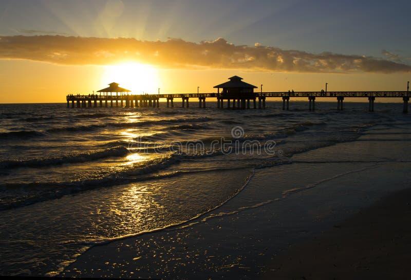 Fort Myers Beach Pier, Sonnenuntergang stockbild