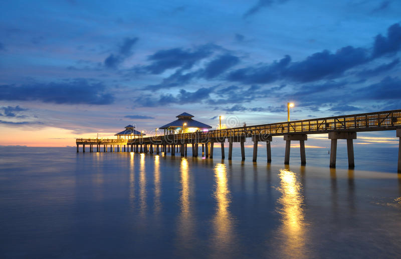 Fort Myers pirsolnedgång arkivbilder