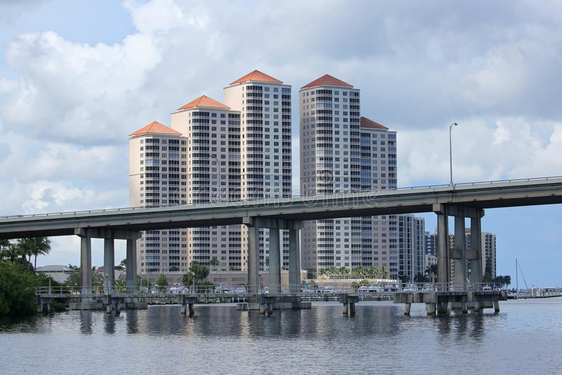 Fort Myers Skyline und Caloosahatchee-Brücke lizenzfreies stockfoto