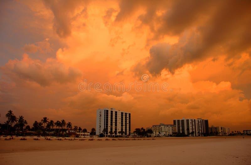 Fort- Myersstrand am Sonnenuntergang stockfotos