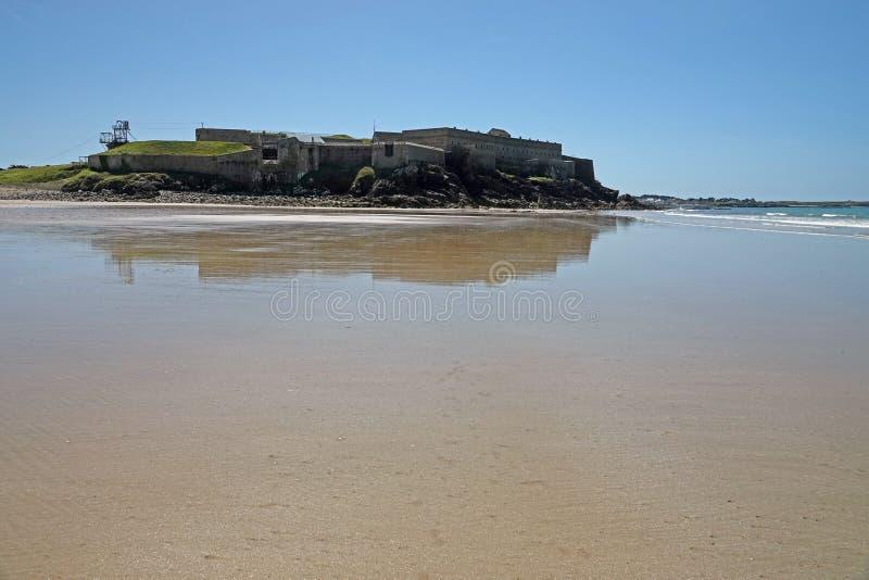 Fort Penthièvre de plage dans Quiberon, la Bretagne photographie stock libre de droits