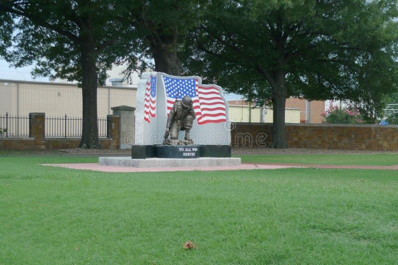Fort-Smith National Cemetery-Erinnerungsstatue mit Flagge lizenzfreies stockfoto