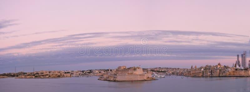Fort St Angelo bij zonsondergang met de Grote Haven in Vittoriosa tijdens zonsondergang royalty-vrije stock afbeelding
