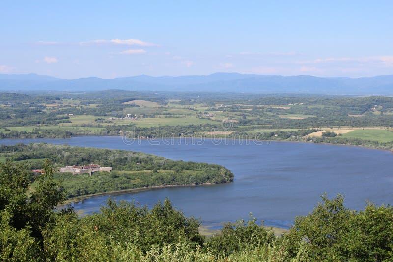 Fort Ticonderoga und See Champlain lizenzfreie stockbilder