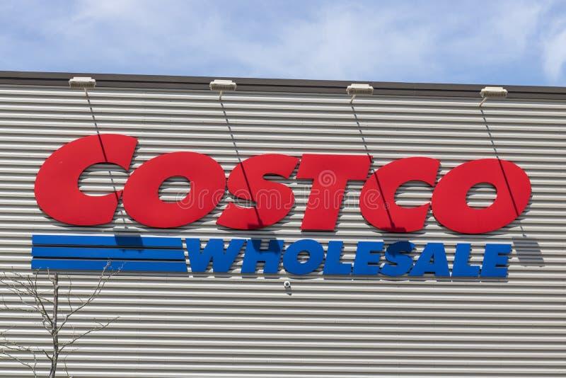 Fort Wayne - cerca do abril de 2017: Lugar da venda por atacado de Costco A venda por atacado de Costco é um varejista global do  fotografia de stock