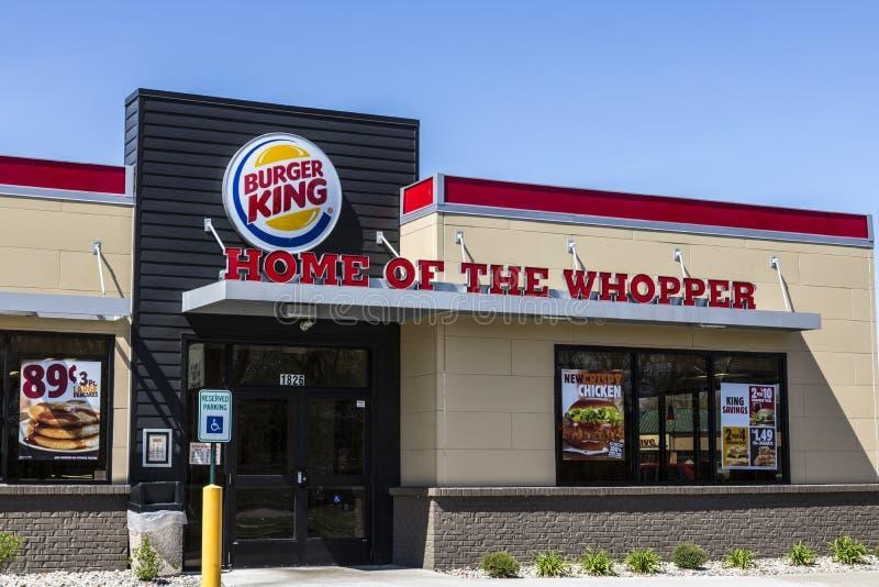 Fort Wayne - Circa April 2017: Burger King Retail Fast Food läge Varje dag besöker mer än 11 miljon gäster den Burger King droppe royaltyfri bild