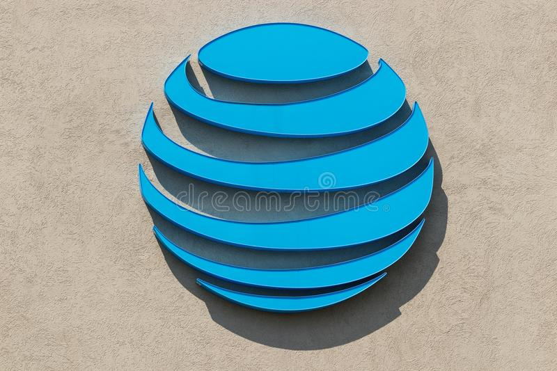 Fort Wayne - Circa Augusti 2018: Ny AT&T logo efter köpet av TimeWarner AT&T erbjuder nu IPTV, VoIP och DirecTV arkivfoto