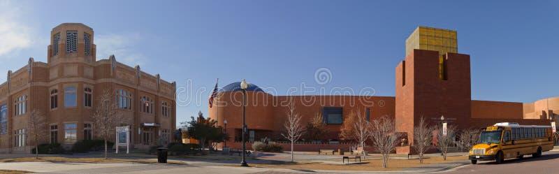 Fort Worth museum av vetenskap och historia (rätt) och nationella cowgirlmuseum och Hall av (lämnad) berömmelse, arkivfoto