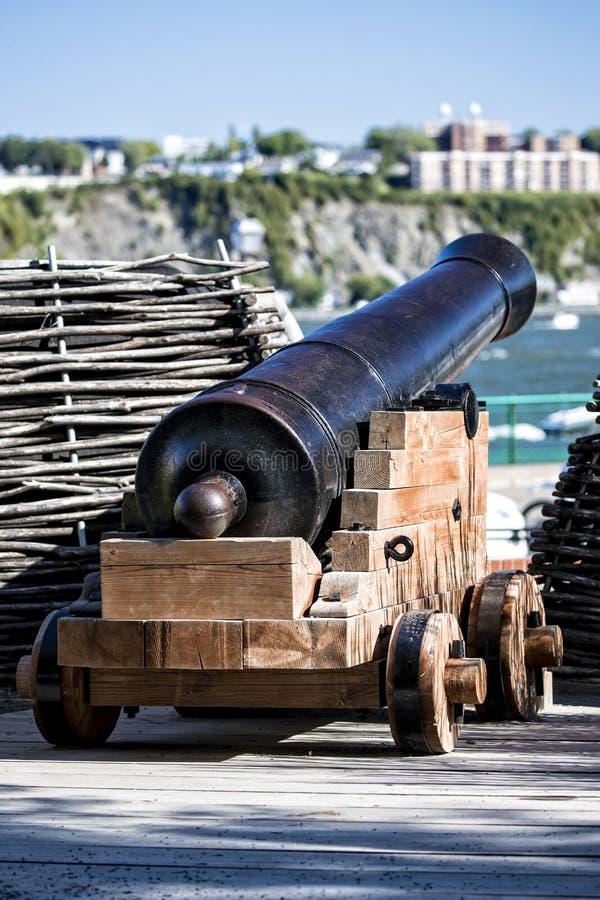 Fortalecimiento del cañón que rodea la ciudad de Quebec en distrito histórico fotos de archivo