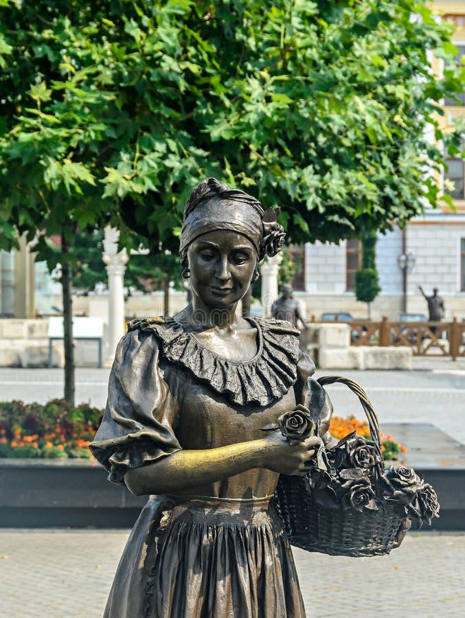 Fortaleza Alba Carolina, la estatua de la ciudadela de una mujer que vende las flores imagen de archivo libre de regalías