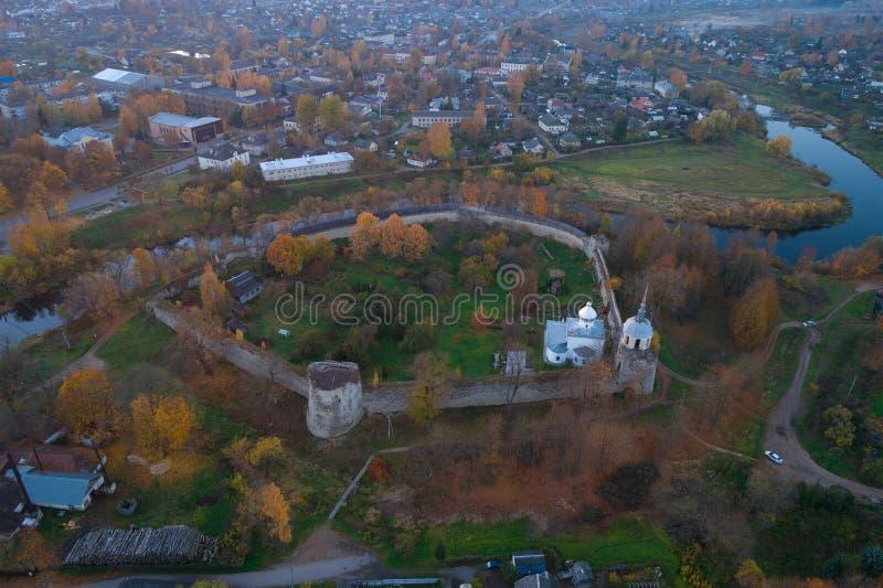A fortaleza antiga, avaliação aérea da noite de outubro Porkhov, Rússia foto de stock