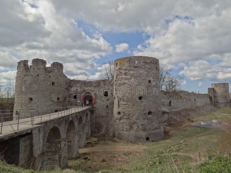 Fortaleza antigua y medieval en el pueblo de Koporye, Rusia foto de archivo libre de regalías