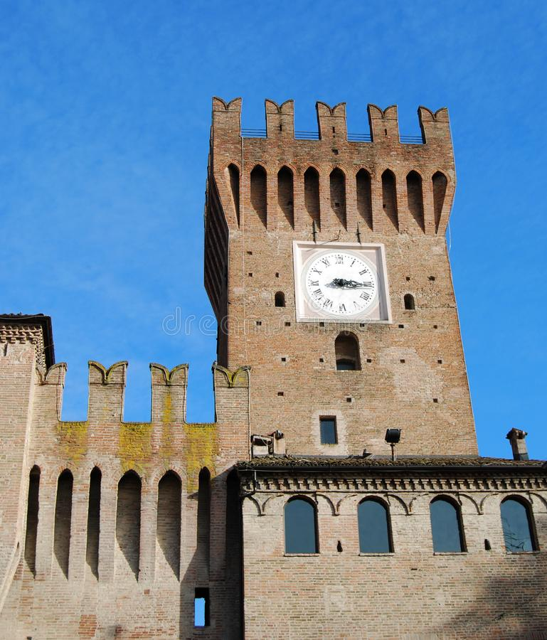 Fortaleza com a torre de pulso de disparo em Spilamberto, Modena, Itália fotos de stock