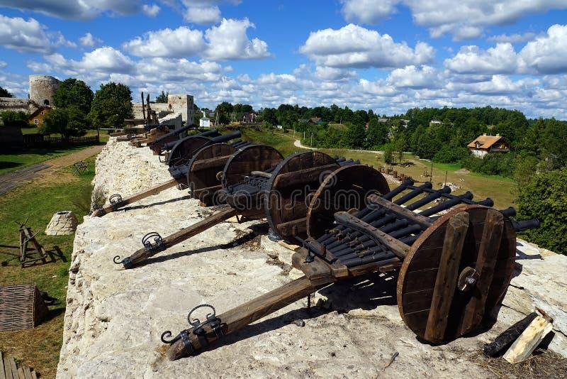 Fortaleza con los cañones en los terraplenes, Pskov, Rusia de Izborsk foto de archivo libre de regalías