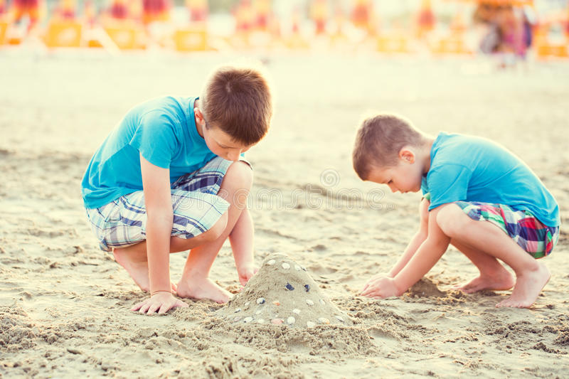 Fortaleza da areia da construção dos rapazes pequenos imagem de stock royalty free