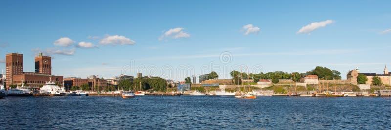 Fortaleza de ayuntamiento del puerto del fiordo de Oslo Akershus imagen de archivo