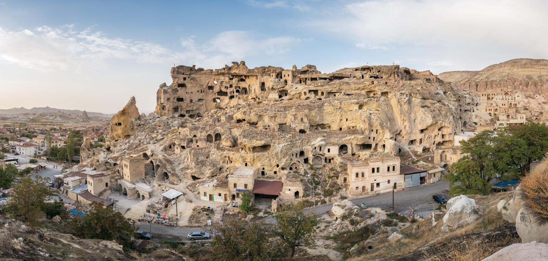 Fortaleza de Cavusin e igreja Vaftizci Yahya, Saint John o batista em Cappadocia, Turquia imagem de stock