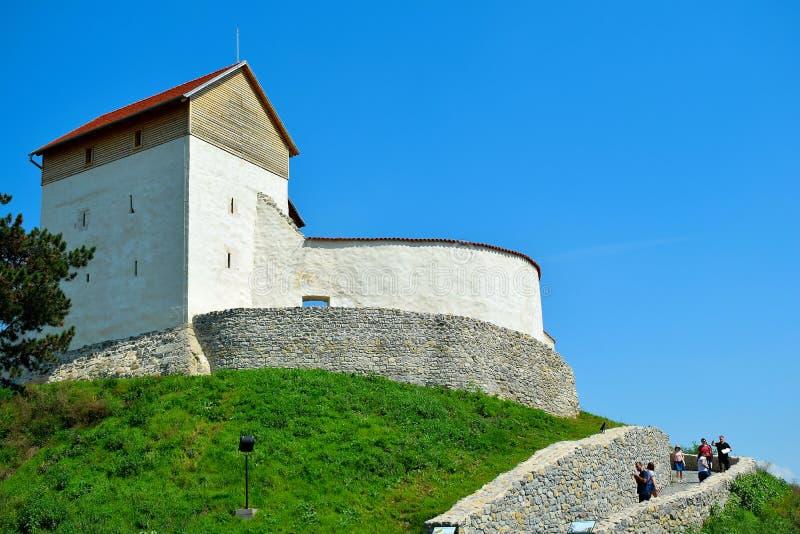A fortaleza de Feldioara foi construída 900 anos há pelos cavaleiros teutonic na vila Feldioara, Marienburg, Romênia imagens de stock royalty free