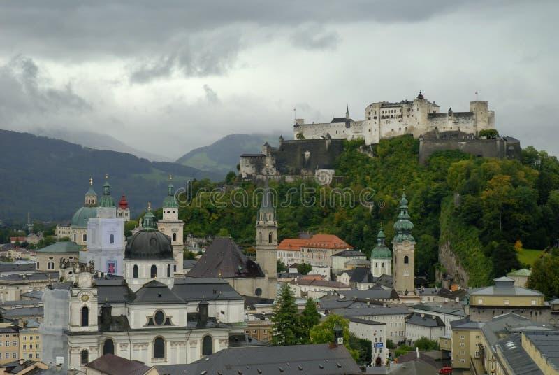 A fortaleza de Hohensalzburg em Salzburg é a fortaleza a mais completa dos tempos medievais que é saida em Europa imagem de stock