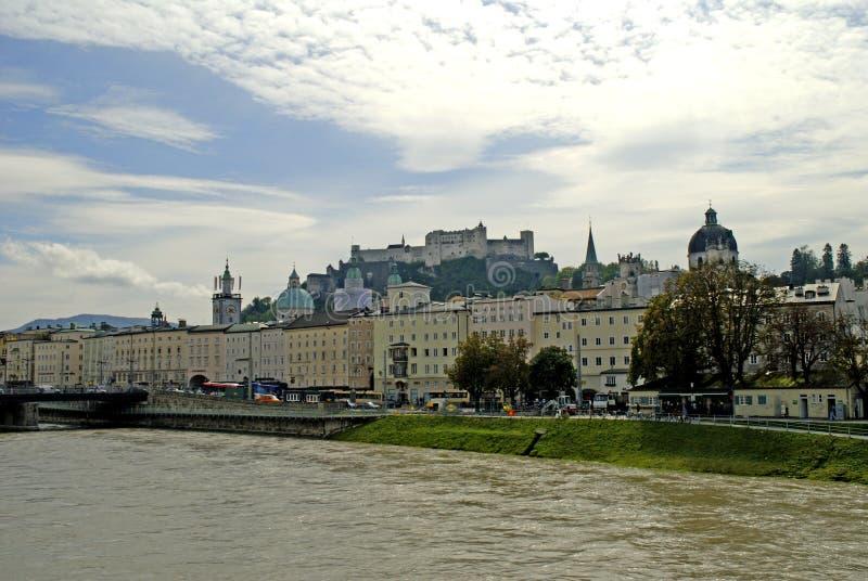 A fortaleza de Hohensalzburg em Salzburg é a fortaleza a mais completa dos tempos medievais que é saida em Europa imagens de stock royalty free