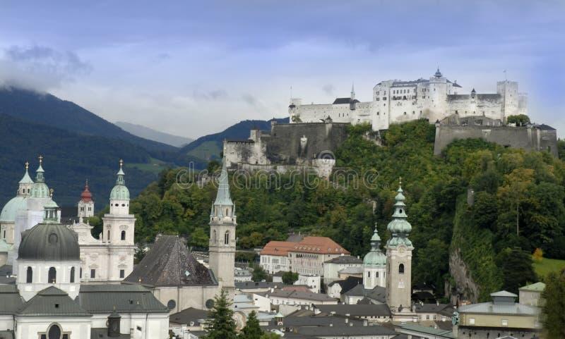 A fortaleza de Hohensalzburg em Salzburg é a fortaleza a mais completa dos tempos medievais que é saida em Europa imagens de stock