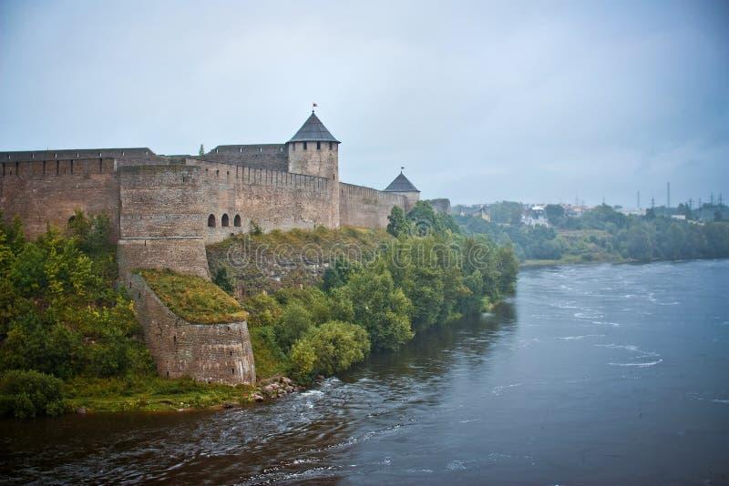 Fortaleza de Ivangorod en niebla fotos de archivo