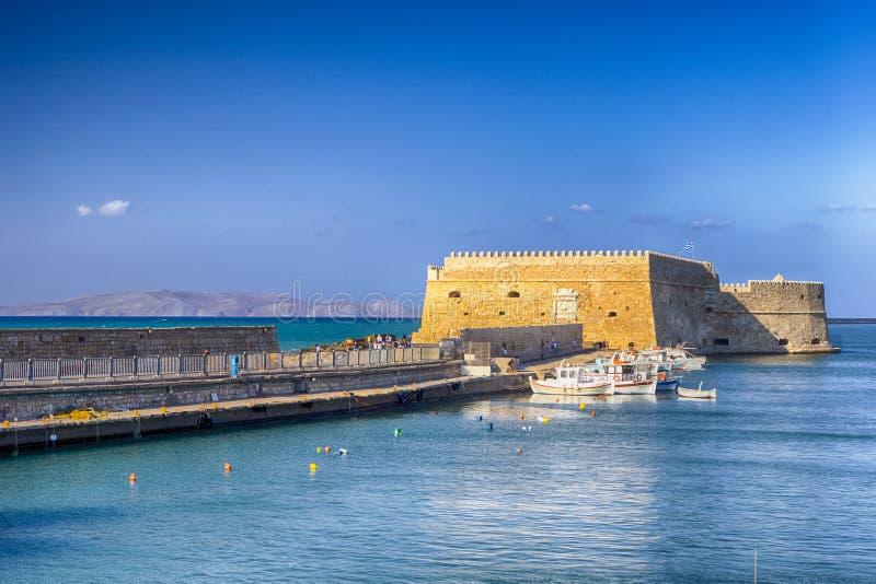 Fortaleza de Koules y puerto veneciano viejo con las líneas de navegar los barcos de pesca imagen de archivo