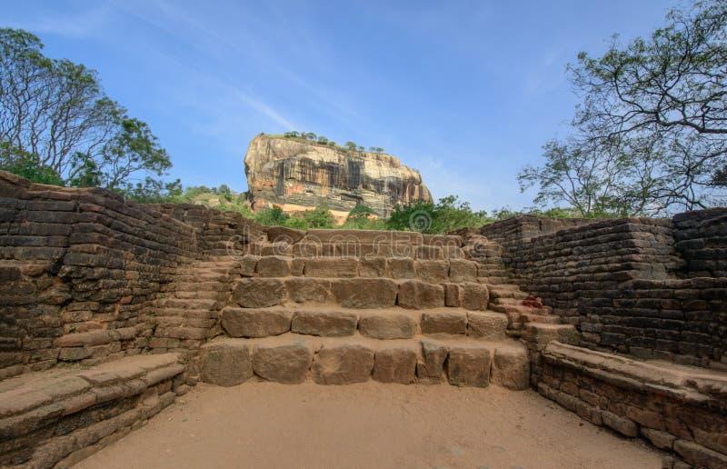 Fortaleza de la roca de Sigiriya castillo arruinado 5 siglos en Sri Lanka imagenes de archivo