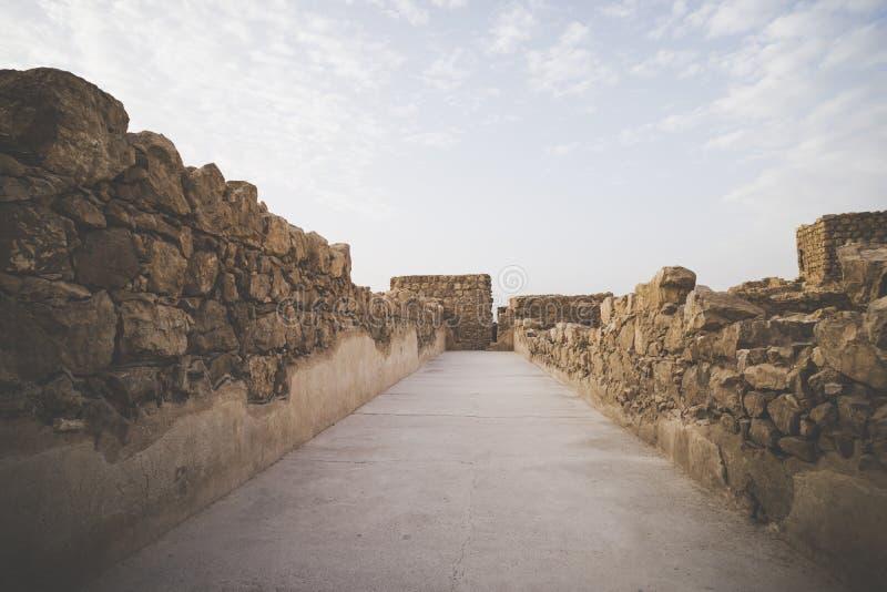 A fortaleza de Masada, fortifica??o antiga em Israel situou sobre um plat? isolado da rocha Um de passa dentro de Masada foto de stock royalty free