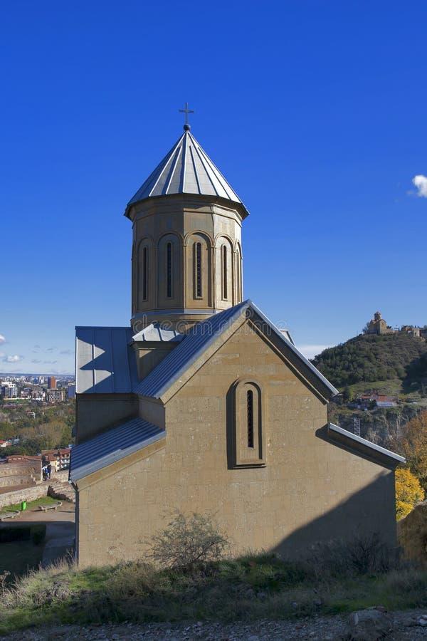 Fortaleza de Narikala com a igreja do St Nikolas e a arquitetura na cidade velha circunvizinha de Tbilisi, Republic of Georgia, C imagem de stock