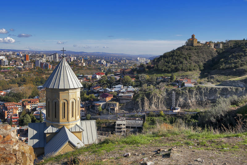 Fortaleza de Narikala com a igreja do St Nikolas e a arquitetura na cidade velha circunvizinha de Tbilisi, Republic of Georgia, C imagens de stock
