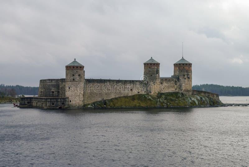 Fortaleza de Olavinlinna y bahía de Kuussalmi del lago Saimaa en lluvioso foto de archivo