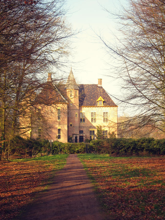 Fortaleza de pedra medieval antiga, olhar do outono através do vale, imagens de stock royalty free