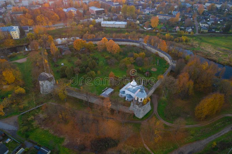 Fortaleza de Porkhov, nivelando a fotografia aérea Regi?o de Pskov, R?ssia imagens de stock