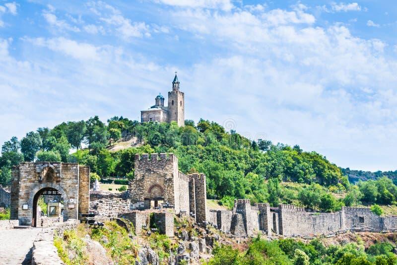 Fortaleza de Tsarevets e a igreja patriarcal em Veliko Tarnovo, Bulgária imagem de stock