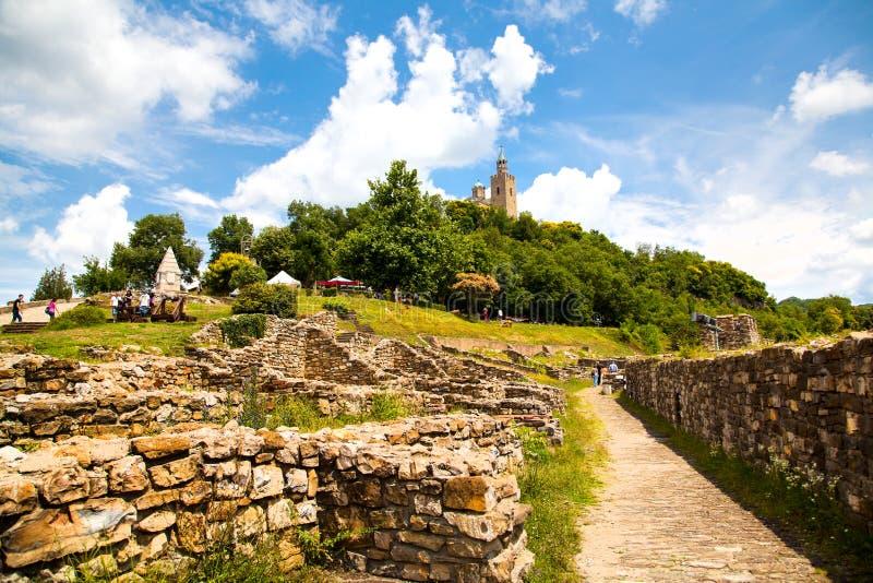 A fortaleza de Tsarevets em Veliko Tarnovo, cidade famosa cruzou-se pelo rio de Yantra e sabido como t foto de stock