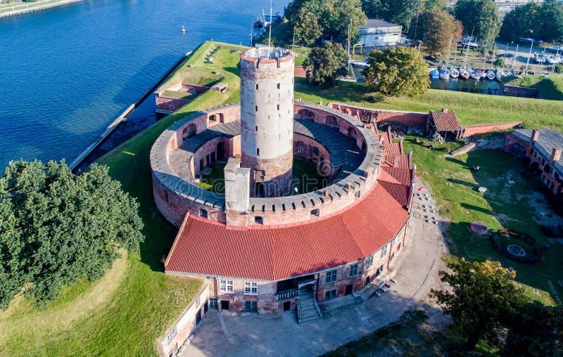 Fortaleza de Wisloujscie em Gdansk, Polônia Silhueta do homem de negócio Cowering imagens de stock royalty free