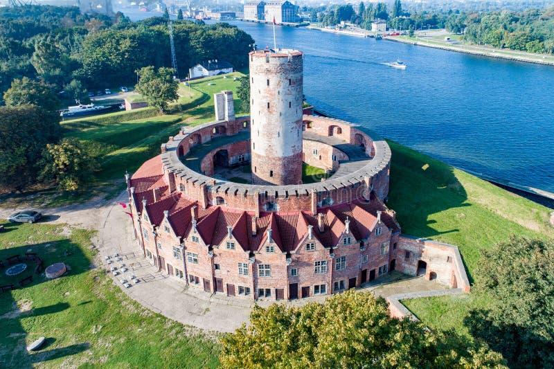 Fortaleza de Wisloujscie em Gdansk, Polônia Silhueta do homem de negócio Cowering imagem de stock royalty free