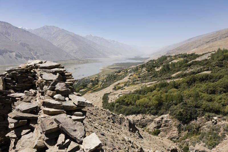 Fortaleza de Yamchun en el valle de Wakhan cerca de Vrang en Tayikistán Las montañas en el fondo son el Hindu-Kuch en Afganistán foto de archivo