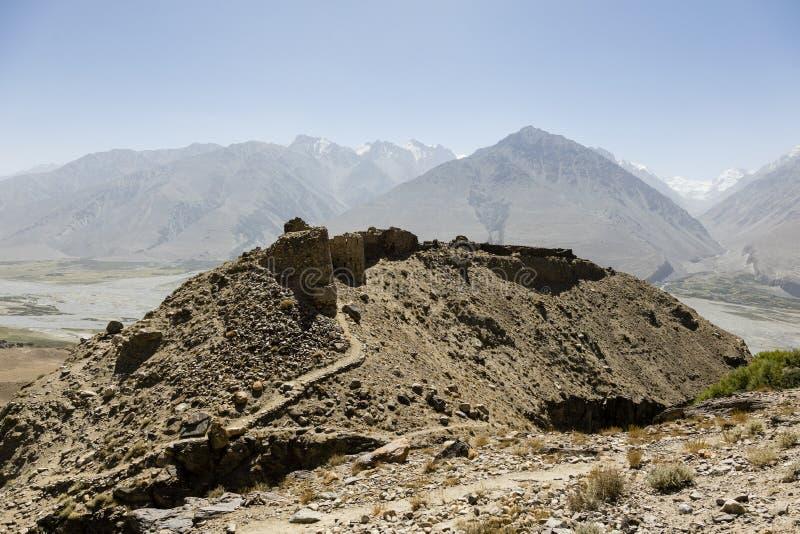 Fortaleza de Yamchun en el valle de Wakhan cerca de Vrang en Tayikistán Las montañas en el fondo son el Hindu-Kuch en Afganistán imagenes de archivo