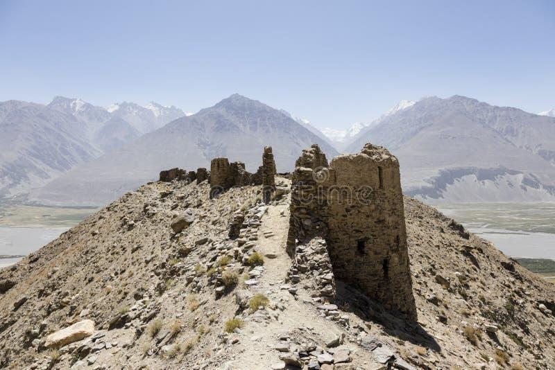 Fortaleza de Yamchun no vale de Wakhan perto de Vrang em Tajiquistão As montanhas no fundo são o Hindu Kush em Afeganistão foto de stock