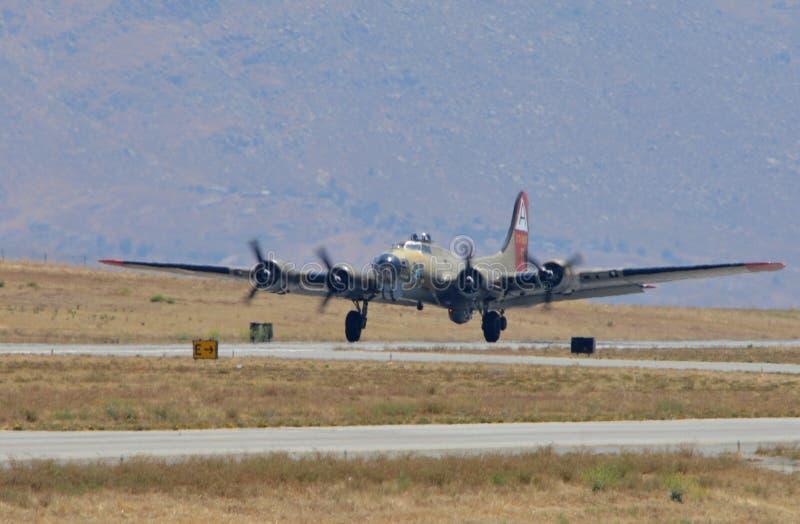 Fortaleza del vuelo B-17 que viene adentro para aterrizar foto de archivo