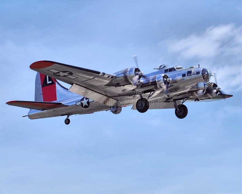 Fortaleza del vuelo B-17 que viene adentro para un aterrizaje imagenes de archivo