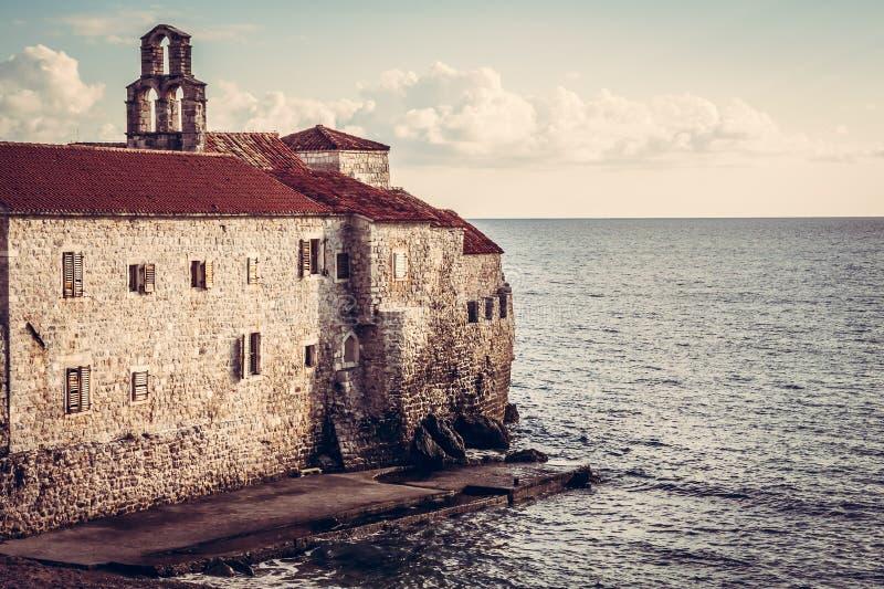 Fortaleza europeia velha do mar no por do sol no país europeu Montenegro fotografia de stock royalty free