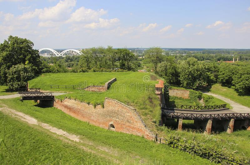 Fortaleza externa de Petrovaradin del lado con un sistema de fosas, de terraplenes y de paredes, Novi Sad, Serbia foto de archivo
