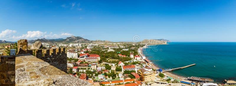 Fortaleza Genoese en la ciudad de vacaciones de Sudak, península crimea, el Mar Negro foto de archivo libre de regalías